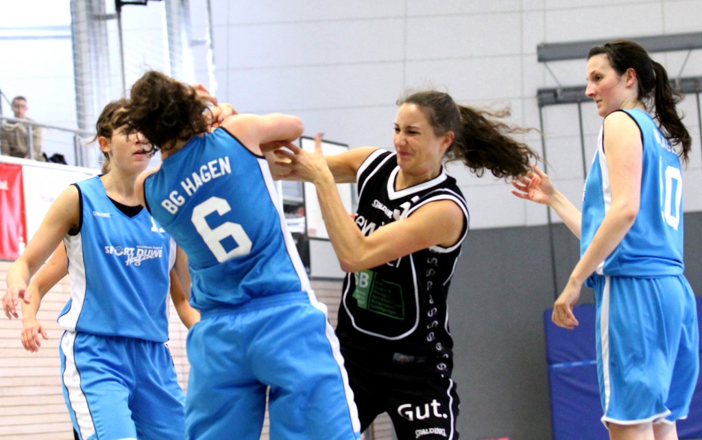 Meike Wiesbaum #6 im Kampf um den Ball; Alexandra Löpke # 11 (li.) und Elisa Maat #10 (re.) warten ab