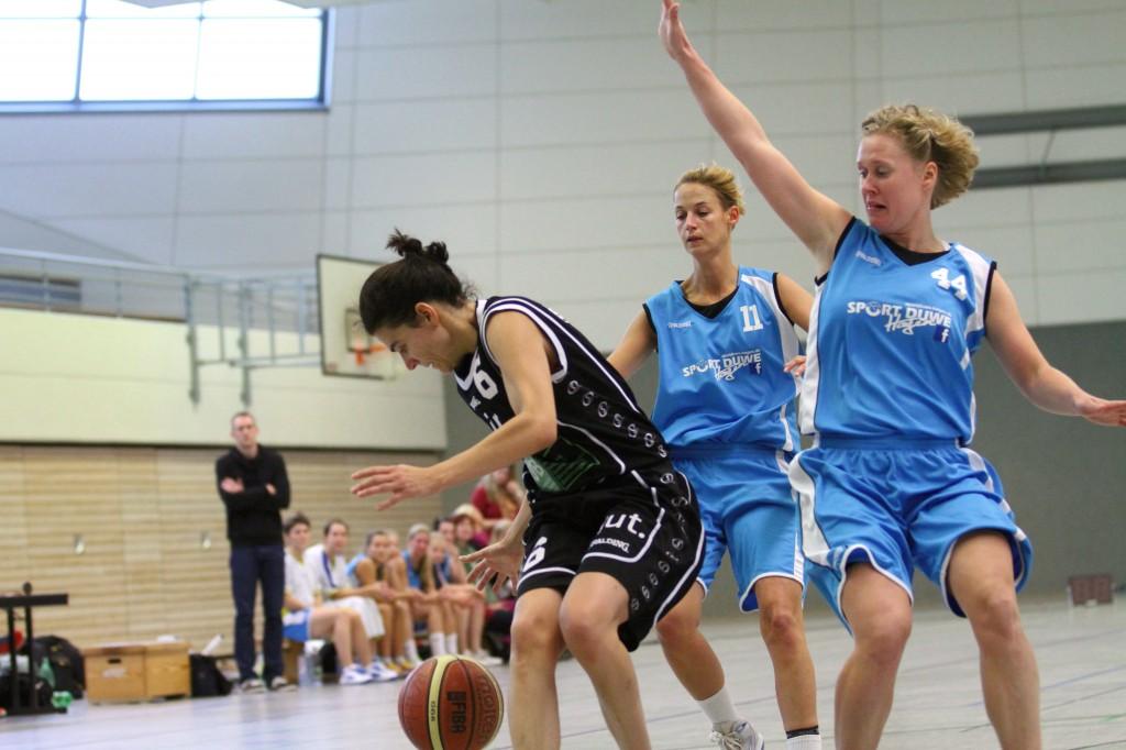 Mareen Thimm #44 und Jana Schneider #11 machen Druck auf die gegnerische Aufbauspielerin